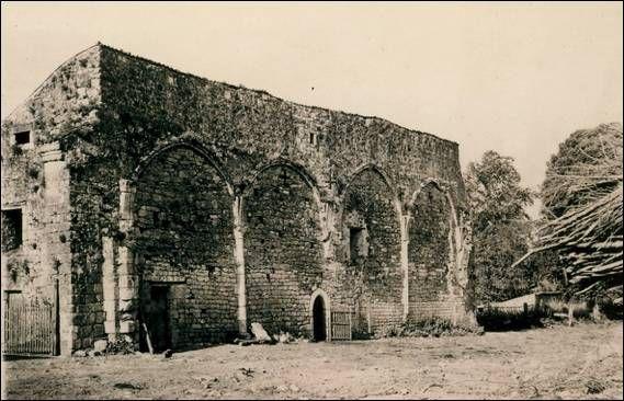 """Les Châteliers, cliché anonyme, vers 1950. Le mur S de la chapelle des hôtes dite """"des convers"""", avec ses arcades du 13°s correspondant à 2 salles détruites peut-être dès les guerres de religion, en 1568.- 14) CHÂTELLIERS:.. s'élevaient: au S l'hôtellerie datable des 12°, 15° et 17°s (rasée en 1989), au N le pigeonnier du 17°s rasé vers 1975, à l'O la ruine actuelle. Cette dernière, au plan en L, se divise en 2: le long du chemin, un beau bâtiment plaqué d'arcades gothiques du 13°s."""