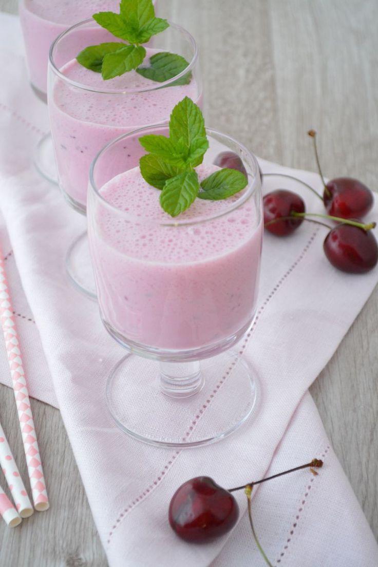 Przepis na Koktajl wiśniowy:  Zmiksuj: 200 ml mleka sojowego, 100 g wiśni (świeżych lub mrożonych), 2 łyżeczki zarodków pszennych, łyżeczka melasy trzcinowej, ½ łyżeczki skrzypu