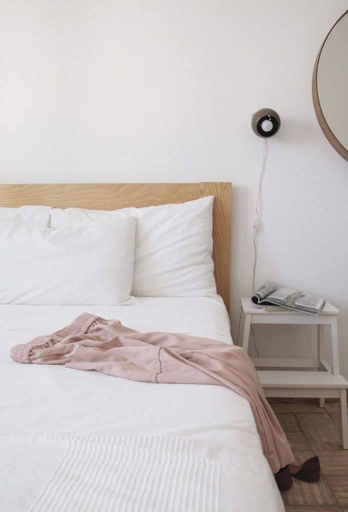 Our Airbnb experience Portugal - Hege in France Nordic style bedroom soft pink