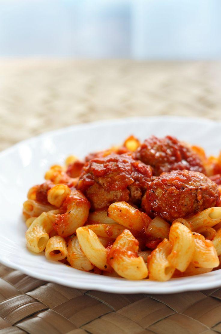 Bij veel Nederlandse gezinnen stond vroegerregelmatigmacaroni op het menu. Metsmaakloze pasta, saus uit een pakje, gehakt, hamblokjes en als groente mocht de paprika niet ontbreken.Als garnituur werd er gezorgd voor muffekaas uit een zakje én natuurlijk ketchup.Wij maakten een culy variant op deze klassieker. Maak een basis tomatensaus (bijvoorbeeld met dit recept, zonder het gehakt). …
