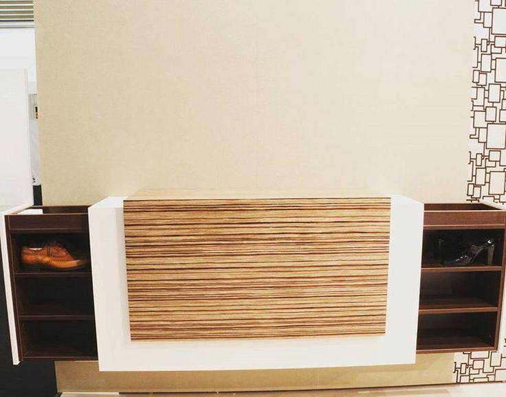 Botník so zásuvkami otváranými nabok. Vtipný dizajn kolegov z KOMANDOR Lodz.