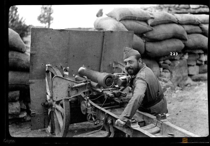 Oficial sentado en el asiento del tirador de un cañón de campaña.. Manuel Coyne…