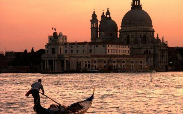 Scoprire Venezia attraverso i suoi canali Si è conclusa da poco la Mostra Internazionale del Cinema a Venezia. Città unica, che lotta da tempo per non scomparire nell'acqua da cui emerge, oggetto di invidia in tutto il mondo.  Godiamocela a #cinema #biennale #venezia #rai #turismo