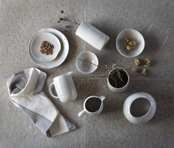 Hol dir handgefertigte Keramik in sanften Grautönen auf den Tisch. Mit unseren neuen limitierten EFTERTANKE Kollektion.