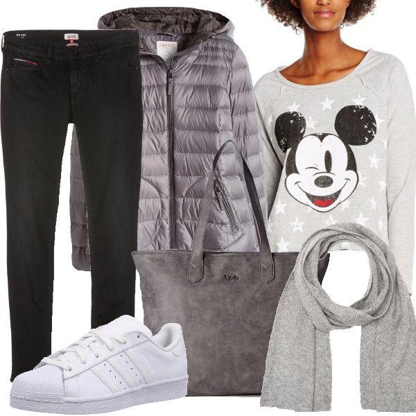 Jeans skinny neri, a vita bassa, abbinati ad una felpa con scollo tondo e stampa Mickey Mouse e ad un piumino corto grigio, trapuntato, con zip centrale e cappuccio. Ho scelto un paio di sneakers Adidas bianche ai piedi, una shopping bag grigia con cerniera e, per concludere, una sciarpa 100% in lana.
