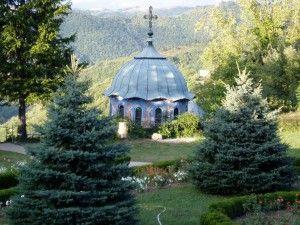 Das beschauliche abgeschiedene Kloster Sokolski liegt im Balkan Gebirge auf einem steilen Felsen zwischen Gabrovo und dem Schipkapass. Die Anlage ist sehr ruhig, mit vielen Blumen bepflanzt und bietet eine tolle Aussicht in das umliegende Naturschutzgebiet. Kurz nach seiner Gründung im Jahre 1863 wurde die hübsche Klosterkirche von innen und außen mit Wandmalereien von Pavel …