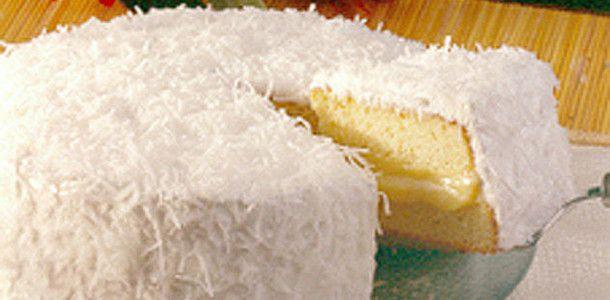 Bolo Baba-de-Moça. Veja - Massa: 6 ovos 6 colheres (sopa) de açúcar 6 colheres (sopa) de farinha de trigo 1 colher (sopa) de fermento químico em pó manteiga para untar farinha de trigo para polvilhar Recheio: 1 lata de Leite MOÇA® 1 vidro de leite de coco (200ml) 3 gemas Cobertura: 1 xícara (chá) de açúcar 3 claras 1 pacote de coco seco ralado (100g)
