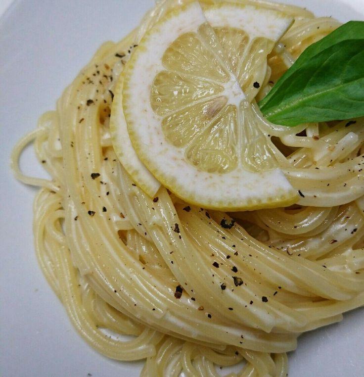 話題入り「レモンクリーム」人気検索1位 イタリアンレストランの味がおうちで簡単! さっぱり食べられるクリームパスタです♪ 材料 (2人分) バター20g 生クリーム 150g 牛乳50g レモンの皮1個分 レモン汁1/2個分 塩ひとつまみ パスタ180g ゆで汁大さじ1 オリーブオイル 少々 ブラックペッパー少々