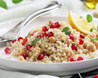 Salade minceur au quinoa, pois chiche et grenade : http://www.fourchette-et-bikini.fr/recettes/recettes-minceur/salade-minceur-au-quinoa-pois-chiche-et-grenade.html