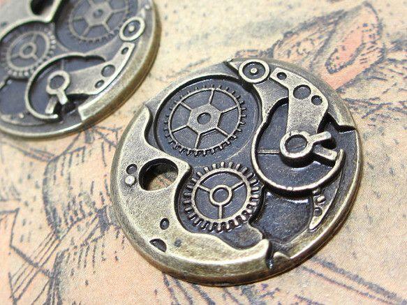時計ムーブメントのチャーム 金古美 10個です。機械式時計の内部にある歯車部品などの機械がデザインされたスチームパンクな雰囲気のメタルパーツとなります。仕様:...|ハンドメイド、手作り、手仕事品の通販・販売・購入ならCreema。