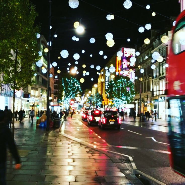 Christmas in London, oxford street looks amazing ey , see more pictures about London on my blog, tips and plams if you coming to the city. Oxford Street en Navidad, conoce mas la ciudad de Londres a traves del blog