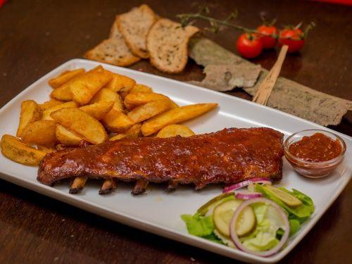 Coaste de porc lipicioase şi picante cu cartofi wedges - imagine 1 mare