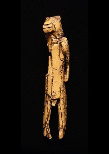 De 'leeuw-mens' van Hohlenstein Stadel |  Dit beeldje stelt een bijzonder wezen voor: half holenleeuw en half mens. Archeologen denken dat het beeldje misschien iets te maken heeft met bijzondere ideeën over mensen en dieren, of zelfs met een bepaald geloof. Het is het oudste mens-dierfiguurtje van de hele wereld: 40.000 jaar oud. Het is gemaakt van de slagtand van een mammoet. Het origineel is te zien in het Ulmer Museum in Ulm (Duitsland).