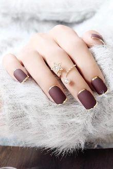 Manicure - toque de dourado no marrom fosco