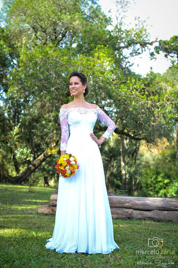 Bouquet de rosas, vestido de noiva com renda, casamento no campo.