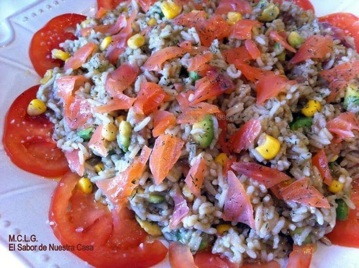 Para cuando quieres variar la ensaladita de lechuga de siempre, viene esta receta al rescate. Arroz basmati, salmón ahumado, tomates, aguacate, maíz y un aderezo vinagreta que también te enseñan a hacer por acá.