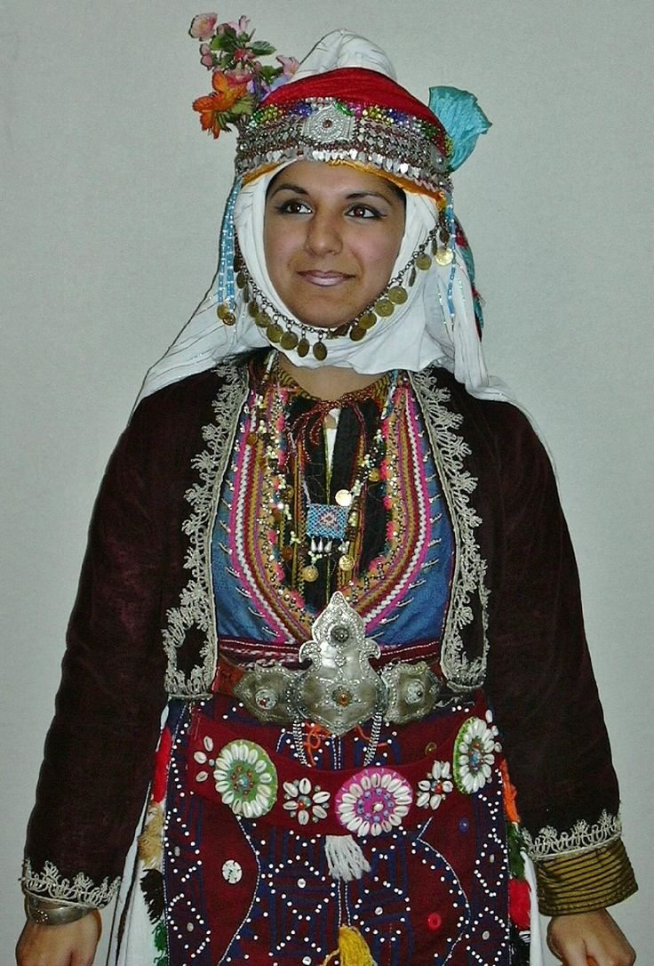 Traditional festive costume from Merkez Kapıkaya köyü (near Bergama, north of Izmir). Mid-20th century. Ethnic group: Alevi Türkmen. (Kavak Costume Collection - Antwerpen/Belgium).