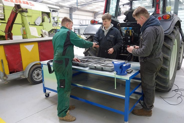 College's employer partnerships praised in Ofsted report http://www.cumbriacrack.com/wp-content/uploads/2017/04/Pic-3-Askham-Bryan-College-Engineering-apprentices-Apr-2017.jpg A Cumbria college's strong partnerships with employers and the subsequent benefits to its students are amongst several elements singled out for praise by Ofsted inspectors    http://www.cumbriacrack.com/2017/04/26/colleges-employer-partnerships-praised-ofsted-report/