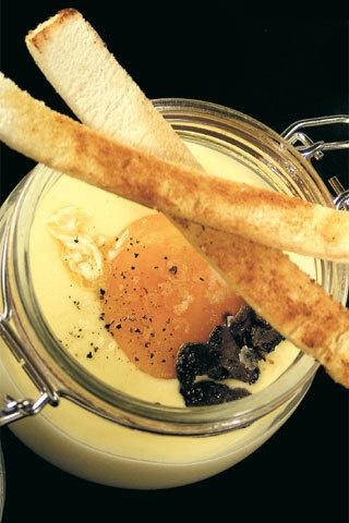 [Cocotte di fonduta di Bitto, uova e tartufo]                                                       -6 persone    -tempo di preparazione: 10 min.    -tempo di cottura: 10 min.        Ingredienti:    300 g di bitto; 300 g di latte fresco intero; 6 uova; 100  di pane casereccio dalla mollica compatta; 125 g di burro; 1 piccolo  tartufo nero; noce moscata; scaglie di sale; pepe nero