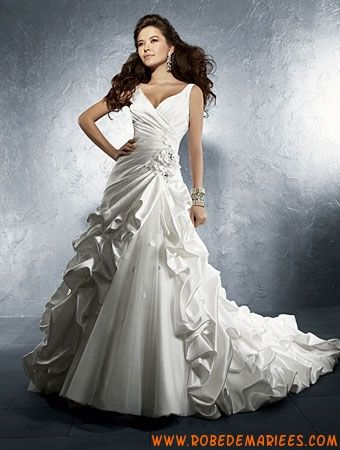 Robe de mariée satin avec traîne bouillonnée