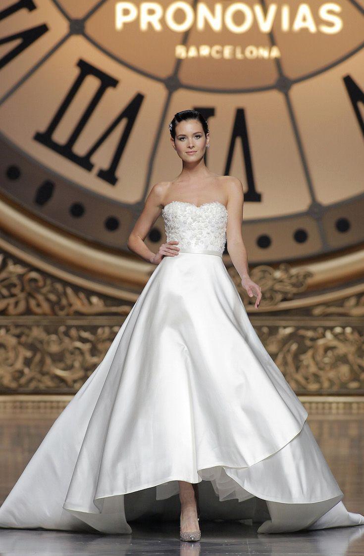 前上がりのシルエットが美しい、軽さと重厚感のバランスが絶妙な一着♡ 真っ白なミカドシルクを使ったウェディングドレス・花嫁衣装一覧。