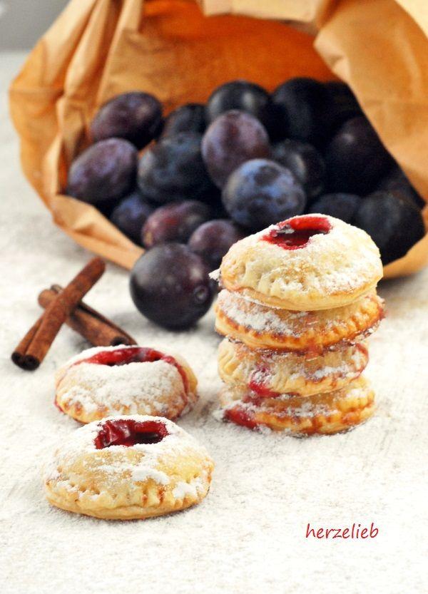 Handpie sind kleine Kuchen, gefüllt mit Pflaumen, Zimt und Mascarpone