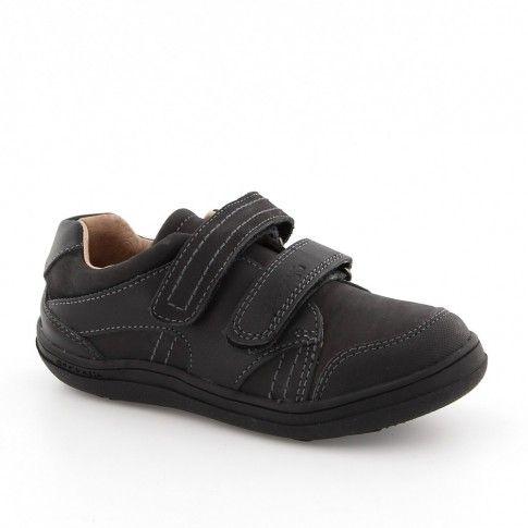 Pantofi negri de baieti, din piele naturala, de la Garvalin. Au brantul tratat antibacterian pentru a impiedica aparitia bacateriilor si a mirosului neplacut.