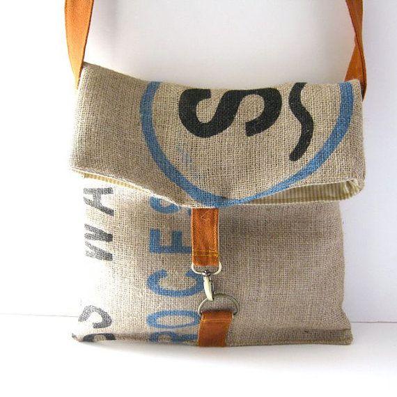 Esta bolsa se dobla para proteger todas sus pertenencias dentro de! Útil, elegante y totalmente adorable.  La bolsa está hecha de una bolsa de arpillera original de impresión reciclados grano de café. Forrado con una tela de rayas y se cierra con un clip de metal y cierre de anillo en d en una correa de lana naranja.  Las medidas son las siguientes:  ancho = 12,5 pulgadas  altura = 13 pulgadas cuando se cierra, 18 pulgadas cuando está abierto  correa = ajustable! ajusta entre 22 y 38 para…