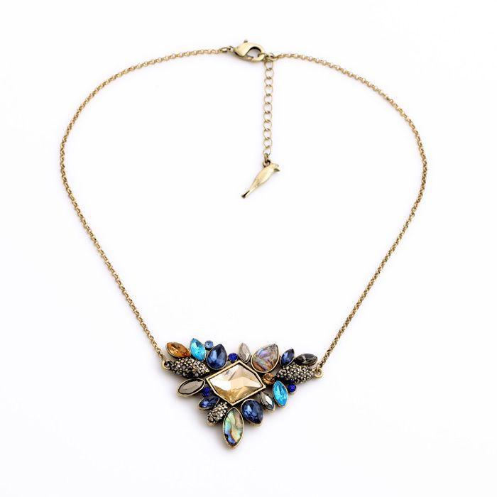 Collier fantaisie femme tendance 2016. Collier orné d'un pendentif strass sur une chaîne plaqué or de 50cm.  Pendentif 3.5cm