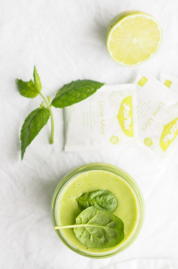 Green lime mint smoothie http://blogit.kauneusjaterveys.fi/rakkaudellakarita/viilentava-ja-kaunistava-smoothie/