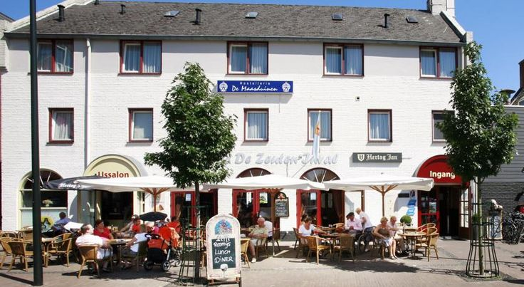 Hostellerie De Maasduinen Velden Hostellerie De Maasduinen is a family-run situated at the market square in the centre of the village of Velden.  The standard rooms and the more spacious standard plus rooms are all equipped with a TV. Some come with a seating area.
