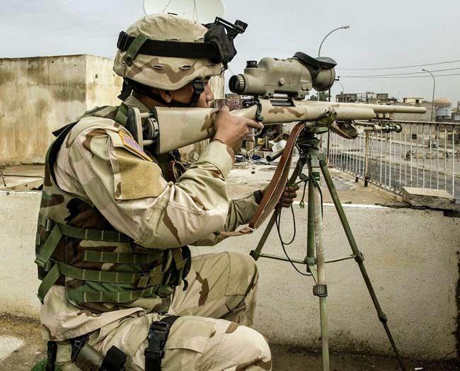 レミントンM24(米) 米レミントン社が1962年に開発した狩猟用ライフルM700をベースに、米陸軍が制式化した狙撃銃で、88年から一般歩兵や特殊部隊のスナイパーに配備を始めた。写真(米国防総省提供)はイラク戦争中の2004年11月17日、