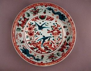Swatow-type Zhangzhou Export Ware porcelain dish with rounded sides and everted rim. Two turquoise and black pheasant-like birds in the centre, with landscape in red, green and turquoise enamels. Turquoise and black fish dragons in the cavetto chasing flaming red pearls. (Ming dynasty)