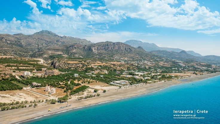 Long beach, aerial view. East from Ierapetra, 2,5kms long !  It represents  7% of the total coastal line east of Ierapetra. The coastal line is approximately 35km* . |   Η Μεγάλη παραλία της Ιεράπετρας με μήκος 2,5 Km* .    ( CC-BY-SA 3.0)
