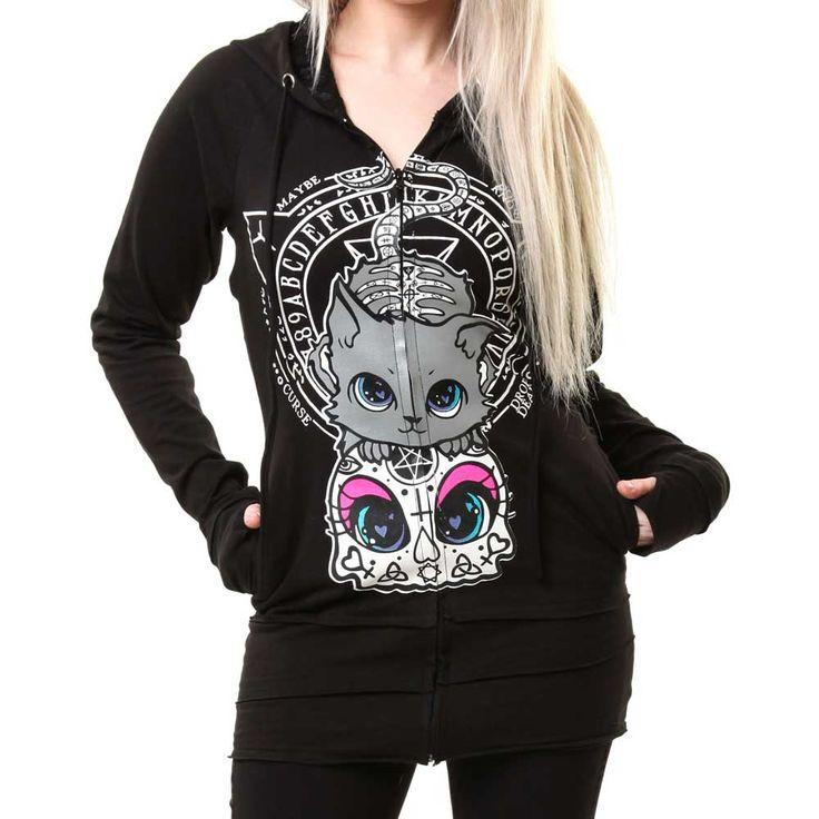 Heartless. Een leuk zwart vest met een print van een grijze kitten die leunt op een sugar skull schedel. De achterkant heeft een pentagram detail uitgesneden van repen stof. De binnenvoering is gemaakt van kant en op de voorkant zit een ritssluiting.