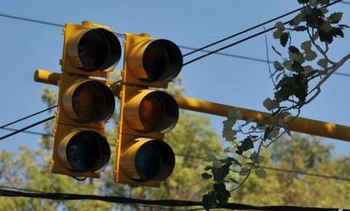 Al menos 650 semáforos en el Área Metropolitana no funcionan La ciudad se vuelve un estacionamiento cuando están fuera de servicio los semáforos, y por esta razón conductores y peatones demandan la ejecución a tiempo del mantenimiento preventivo y reparación de al menos 650 de estos dispositivos distribuidos en el Área Metropolitana  http://wp.me/p6HjOv-45B ConstruyenPais.com
