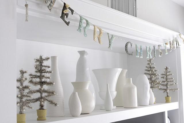 white vases: White Vase, Decor Ideas, Christmas Banners, White Christmas, Holidays Decor, Christmas Decor, Happy Holidays, Christmas Garlands, Christmas Ideas