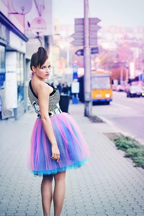 Tylová sukně 2v1 Moderní pojetí kroje v podobě bohaté, konstrukčně propracované oboustranné tylové sukně. Jedna tvář sukně je hravě barevná, druhá jiskrně temná. Sukni 2v1 užijete na den i večer, krásná budete v balerínách i lodičkách. * Úvodní fotografie je autorskou prací úžasné MARTINY CRLOVÉ. Top na úvodní fotce je z ateliéru YAXITAXI *. Pásek sukně je ...