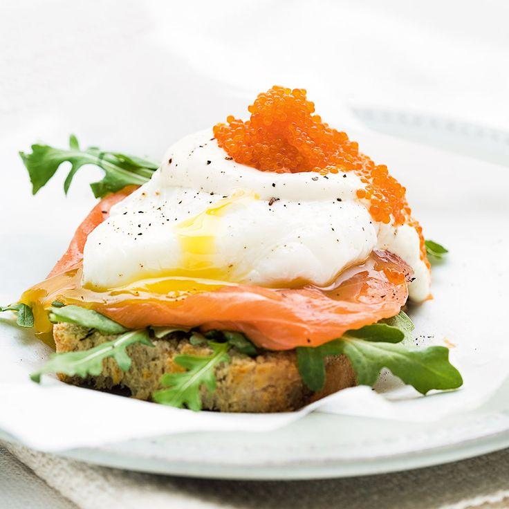 Pocherade ägg kan verka krångligt, men är enkelt om du följer vårat tips. Servera på en bit lantbröd.