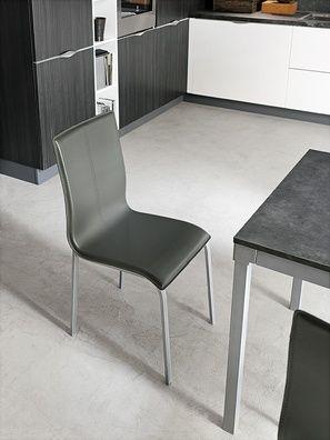 Modern stílusú puha tapintású bőrszövet szék, porszórt fém lábakkal. Glamour elérhető öt különböző színeben, a lábak pedig ezüst színűek.