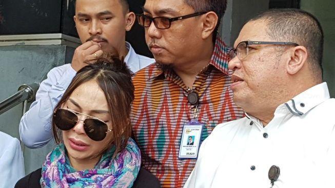 Gusti Rosaline mengaku sudah menikah siri sejak setahun lalu dengan mantan anggota DPR berinisial PRC.