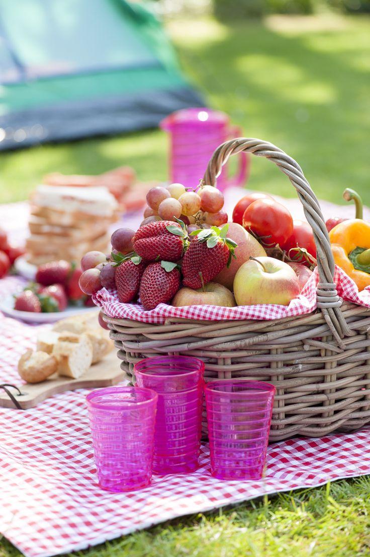 Bastano un cesto, frutta di stagione e accessori di plastica colorata per allestire un bellissimo picnic estivo