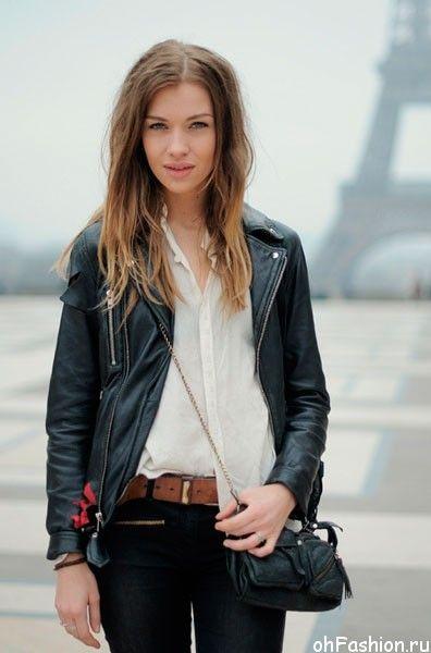 Как одеваются француженки - девушка в кожаной куртке возле Эйфелевой бишни