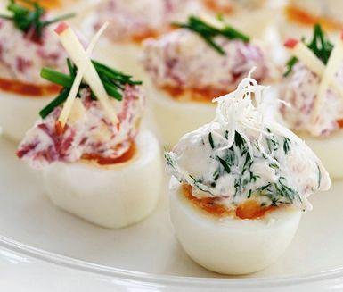 Ägghalvor fyllda med rökt lax och pepparrot eller rökt renstek och äpple