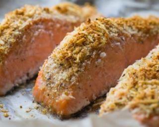 Pavé de saumon en croûte de noisettes : http://www.fourchette-et-bikini.fr/recettes/recettes-minceur/pave-de-saumon-en-croute-de-noisettes.html