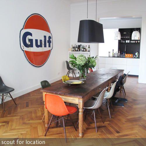Eames Chairs am Küchentisch aus Holz