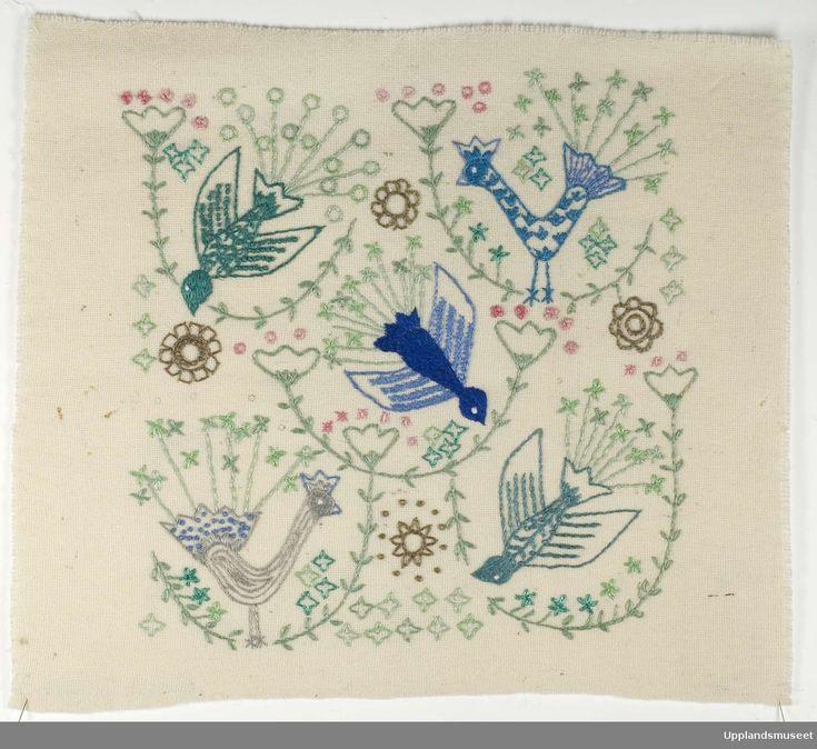 """Broderiprov till kudde """"Fem fåglar"""" och är formgivet av Ingrid Skerfe-Nilsson, 1957."""