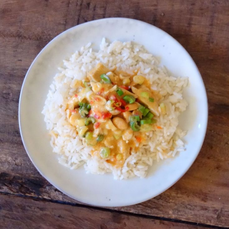 Kylling og ris er altid et hit herhjemme. Specielt denne opskrift med en cremet peanutbutter sauce og lækkert fyld hittede blandt både voksne og børn.