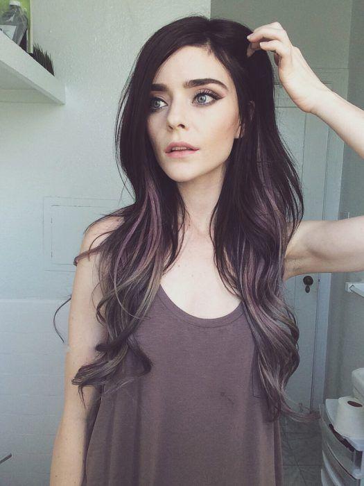 Degradado de cabello gris, purpura y dorado.                                                                                                                                                                                 Más