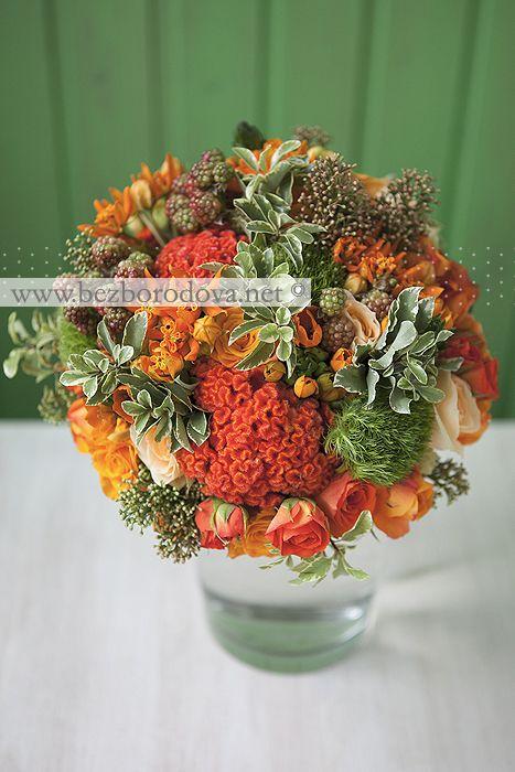 Оранжевый свадебный букет из роз с зелеными ягодами ежевики